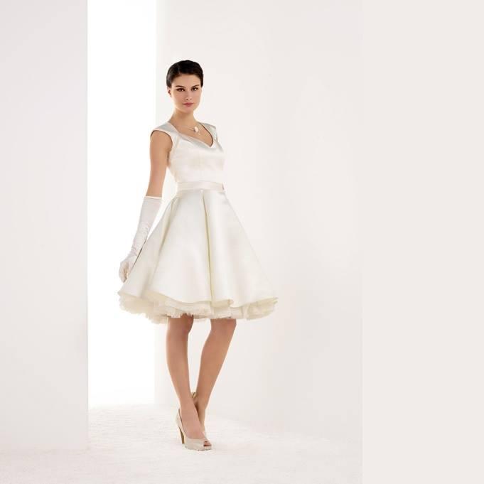 Ελάτε να δοκιμάσετε Νυφικά φορέματα πολιτικού γάμου, υψηλής ποιότητας και σε προσιτές τιμές στο Atelier TSOURANI. Κλείστε ραντεβού τώρα!